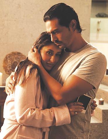 Kareena-Kapoor-in-We-Are-Family-2.jpg