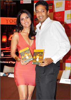 Lara-Dutta-Yoga-DVD-Launch.jpg