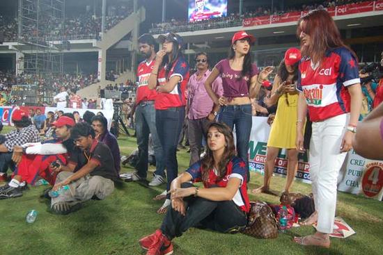 Shriya-Saran-cheers-at-Celebrity-Cricket-League-T20-1.png