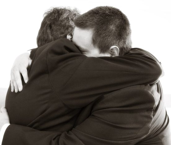 hugging-571076_1280