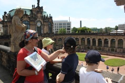 Christina Avdi vermittelt die Geschichte des Dresdener Zwingers so, dass auch die Kinder gebannt zuhören.