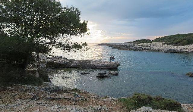 In der kleinen Bucht kann man im Sommer bestimmt eine nette Badepause einlegen (wenn man Plastiksandalen dabei hat!).