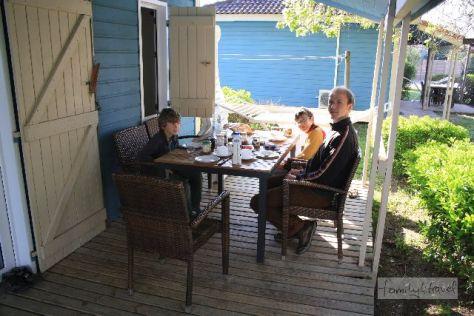 Ein Paparazzi-Blick auf unseren Frühstückstisch auf der Terrasse. Campingplatz Marina d'Erba Rossa, Korsika.
