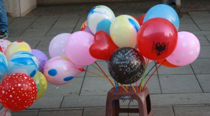 weihnachtsmarkt-kosovo-luftballons-albanien-adler