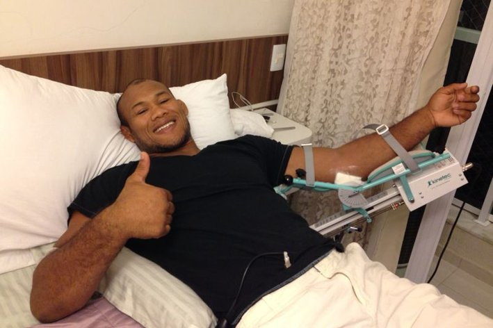 Ronaldo Souza has bone fragments removed from elbow