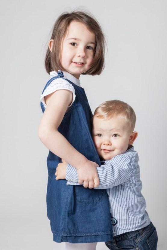 Portrait en studio de deux jeunes enfants, frere et soeur.