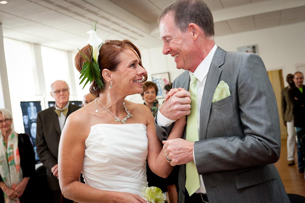 Regard complice du couple entre les mariés lors de la cérémonie à la mairie de ceyrat.