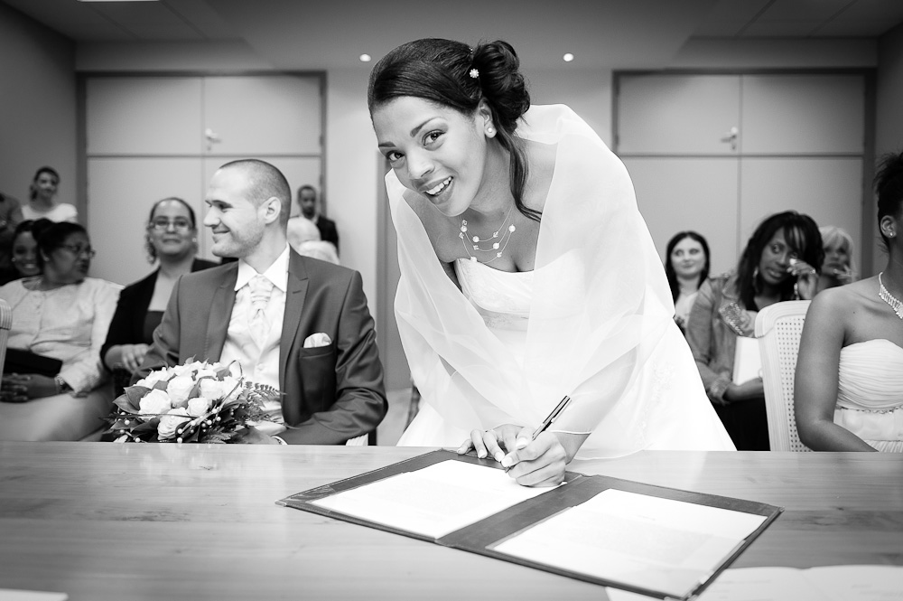 Une mariée antillaise signe les registres du mariage à la mairie à cébazat.