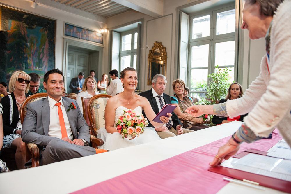 Mariage civil à la mairie de riom : le maire donne le livret de famille à la mariée.