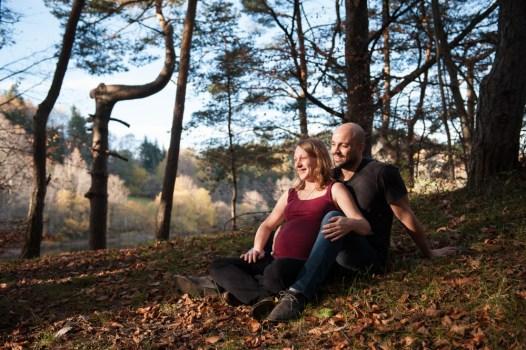 Séance photo grossesse en extérieur : photographie aux couleurs d'automne réalisée près du lac de la cassière dans le puy-de-dome par un photographe professionnel de Clermont-Ferrand.
