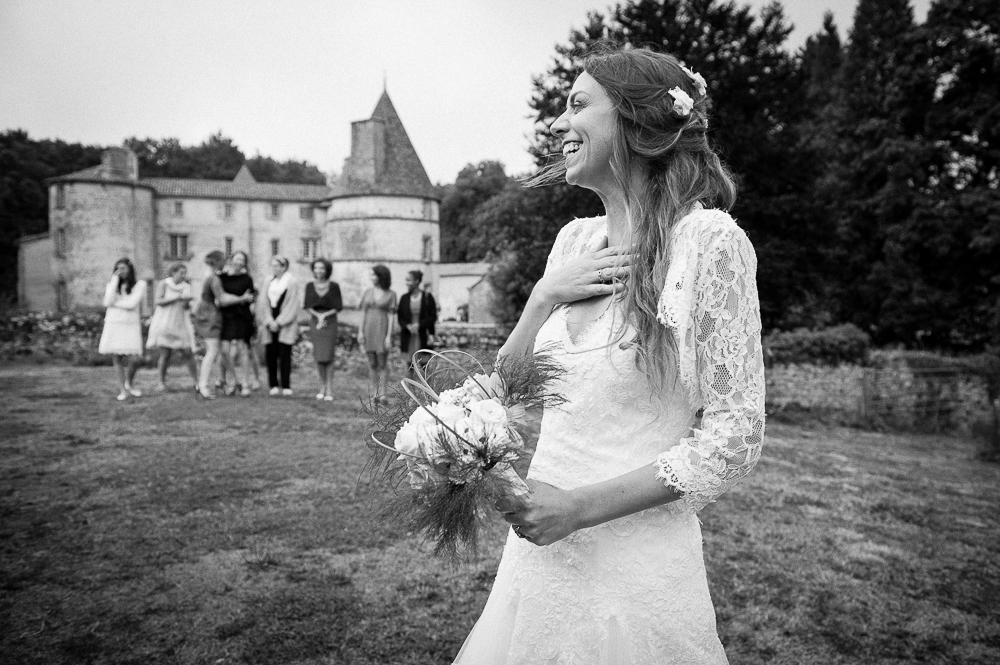 mariage au chateau des martinanches st dier dauvergne le lancer du bouquet - Photographe Mariage Clermont Ferrand