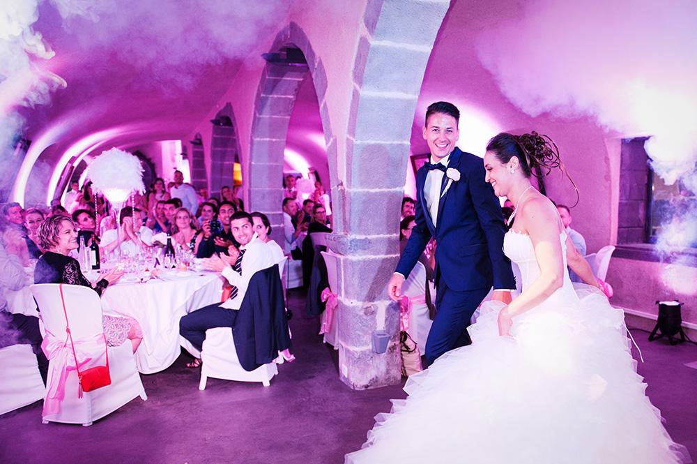 L'arrivée des mariés au château de saulnat à cellule, dans la fumée et sous les applaudissements des convives.