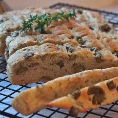 Focaccia chèvre-lardons & olives-thym