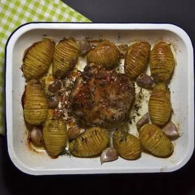 Gigot d'agneau à l'ail et pommes de terre accordéon