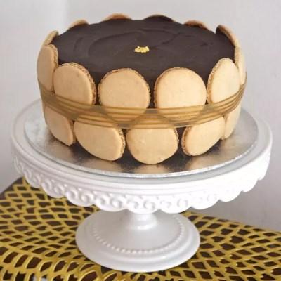 Gâteau chocolat-praliné et coques de macarons