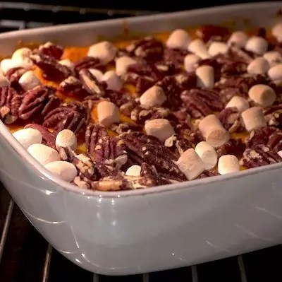 Purée de patates douces, noix de pécan et marshmallows