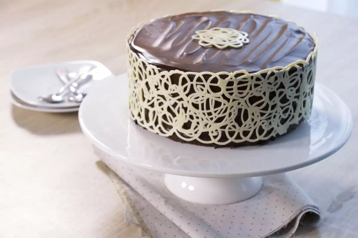 Mud Cake lace chocolate collar