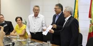 Raimundo Colombo recebe Termo de Compromisso com acordo para reajuste do Piso Salarial Estadual