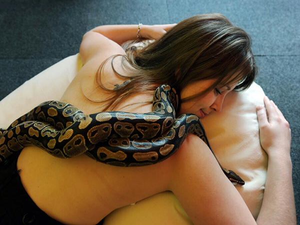 Woman-sleeps-with-a-snake-daily-and-one-day-her-doctor-told (6)