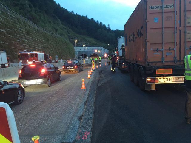 LKW blockiert Fahrbahn der Semmeringschnellstraße