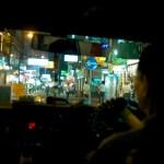 Taxi la nuit dans les rues de Hong Kong