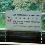 Singapore en 4 langues: chinois, anglais, malais et indien (je ne vous dirais pas quel dialecte)