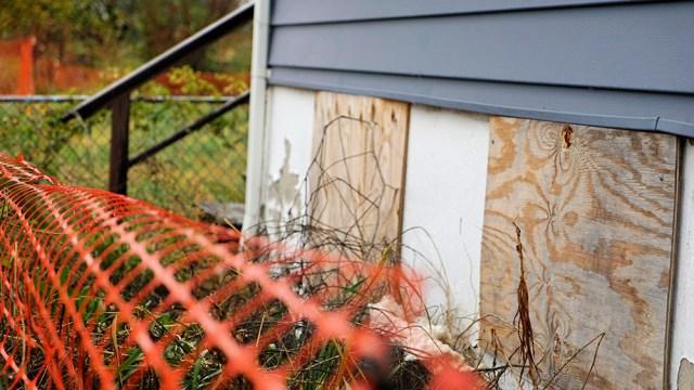 DSC03249_fence & boarded basement