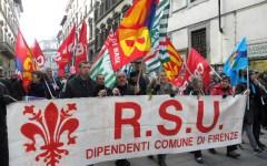 La protesta dei dipendenti comunali non si arresta, presidio sotto Palazzo Vecchio