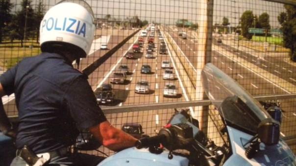 Pattuglie della Polizia stradale sopra un viadotto