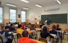 Lucca, genitori denunciano: «La maestra della scuola ha fatto togliere il crocifisso dal collo a nostro figlio»
