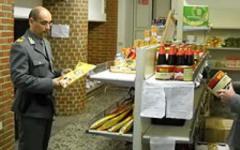 Blitz della Guardia di Finanza di Prato, sequestrati alimenti in un negozio cinese