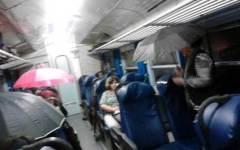 Piove in treno, passeggeri costretti ad aprire gli ombrelli