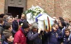 Trecento palloncini in cielo per l'addio a Matteo