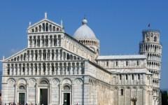 Pisa,  Piazza dei miracoli: blitz della polizia. I venditori abusivi scappano abbandonando la merce.