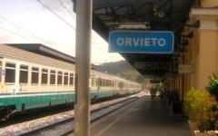 Si getta sotto il treno a Orvieto. La Roma-Firenze bloccata per 4 ore