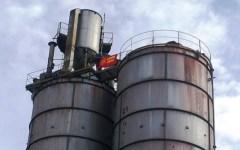 Carrara, operaio sale su un silos di 30 metri: «Se Renzi non mi aiuta non scendo»