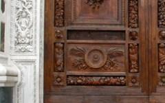 Firenze, misteriosa sparizione di una formella del portone di Santa Croce