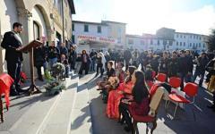 Tavarnelle, si sposano in piazza sfidando le scosse di terremoto