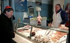 Firenze: il cardinale Betori fra i banchi del mercato di San Lorenzo. Auguri di Natale e battute sulla Fiorentina