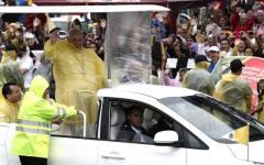 Il Papa, in lacrime nelle Filippine, dice messa davanti ai superstiti del tifone