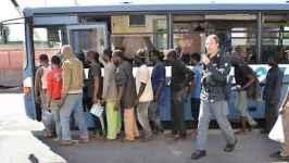 Migranti in partenza per un centro di accoglienza