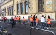Firenze, degrado: gli 'Angeli del bello' ripuliscono i muri delle scuole