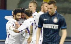 Fiorentina eroica: batte l'Inter (0-1) finendo in 9. Fuori in barella Tomovic e Savic. Gol magico di Salah. Pagelle