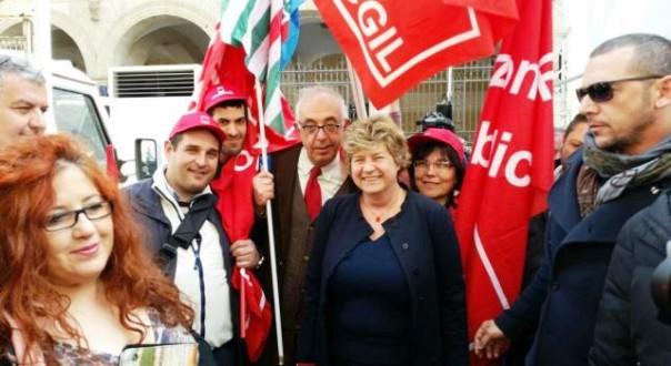 Al centro la leader Cgil, Susanna Camusso (foto Twitter - Giovanni Esposito)