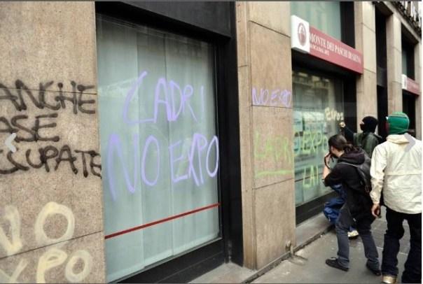 Scritte sulle vetrine del Monte dei Paschi a Milano