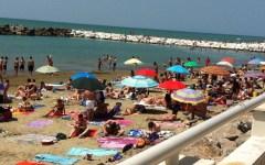 Toscana: prima domenica al mare, assaggio d'estate. Spiagge affollate da Massa alla Versilia all'Argentario