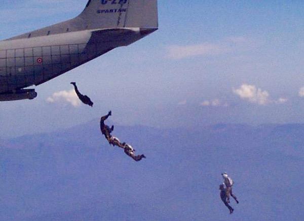Un aviolancio di paracadutisti