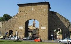 Firenze, cadono pietre dalle mura di Porta Romana