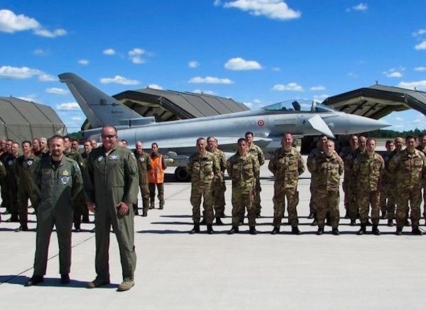 Il generale americano Philip M. Breedlove (a destra in prima fila) in visita alla Task Force Air italiana in Lituania