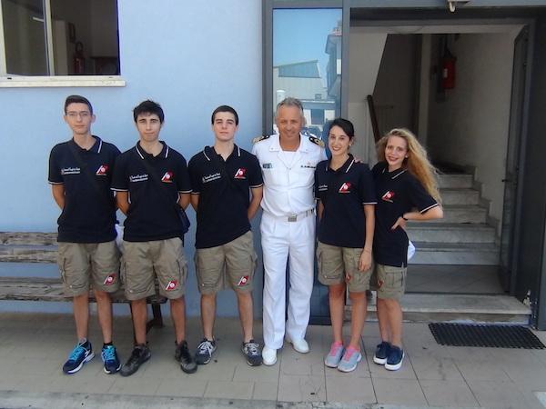 I cinque partecipanti al Campo Giovani 2015 con il Comandante della Capitaneria di Porto di Viareggio  Davide Oddone